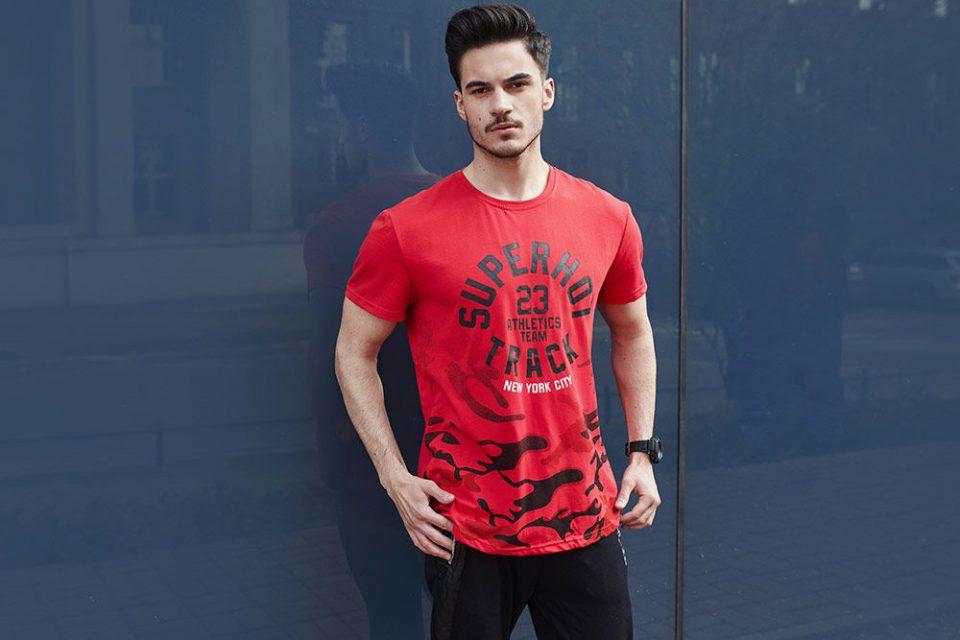 pol_pl_Stylizacja-nr-436-T-shirt-z-nadrukiem-spodnie-dresowe-joggery-zegarek-65521_1-960x640.jpg