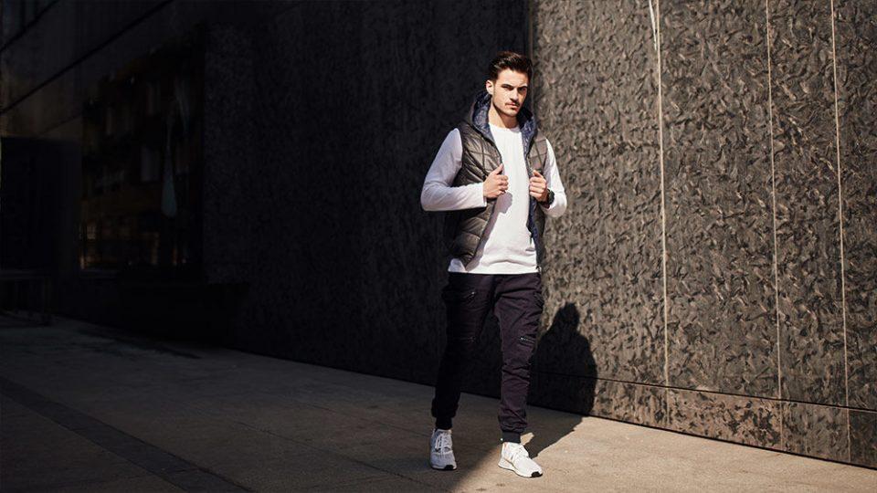 pol_pl_Stylizacja-nr-434-Bezrekawnik-pikowany-longsleeve-spodnie-jeansowe-joggery-65519_1-960x540.jpg